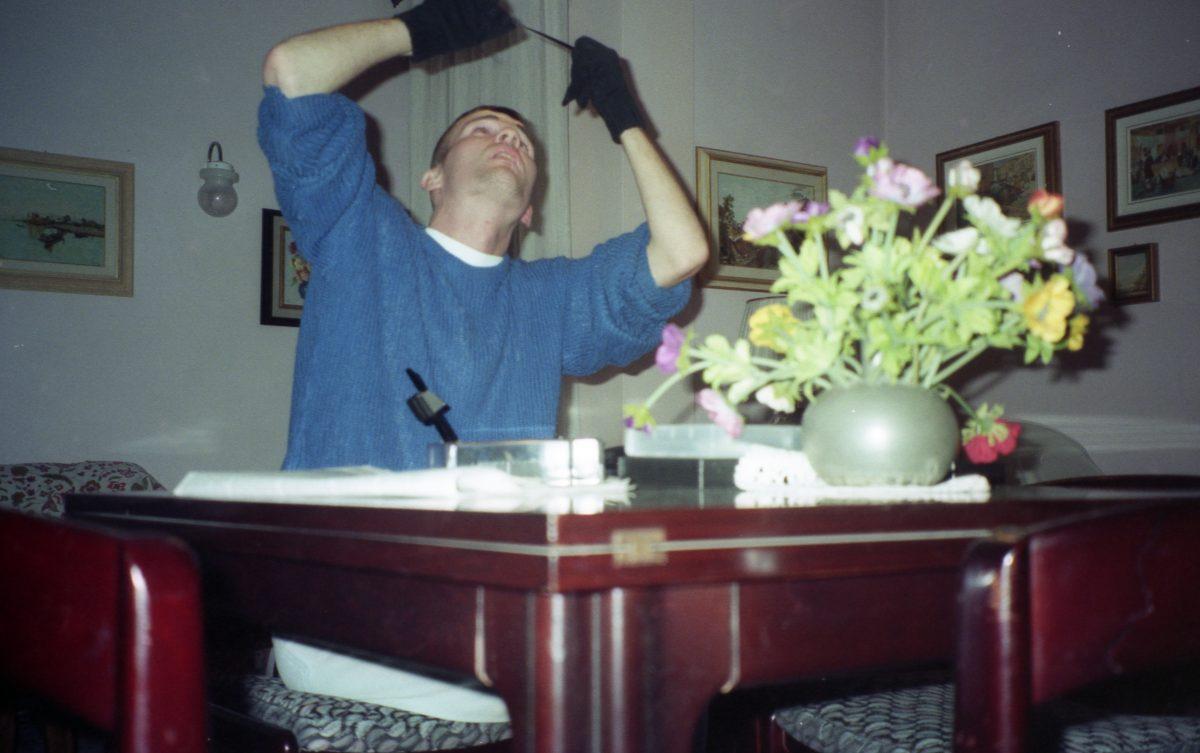 Daniele Carrer nel 1998 mentre lavora con una moviola