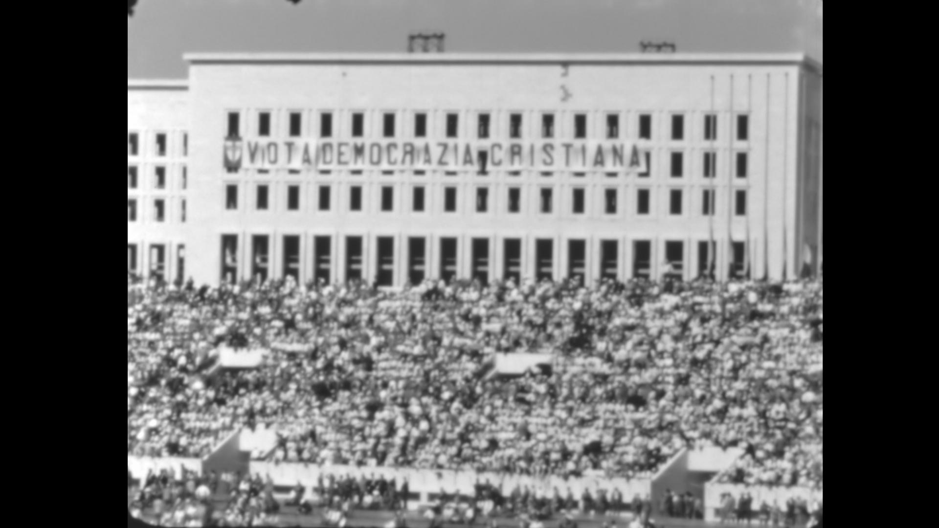 """Striscione """"Vota Democrazia Cristiana"""" appeso alla Farnesina e visibile dallo Stadio Olimpico nel 1953"""